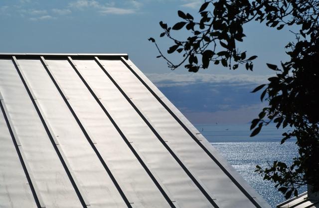 海の近くに建つガルバリウム鋼板屋根の家