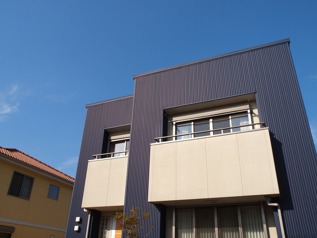 濃い色のガルバリウム鋼板の外壁の家