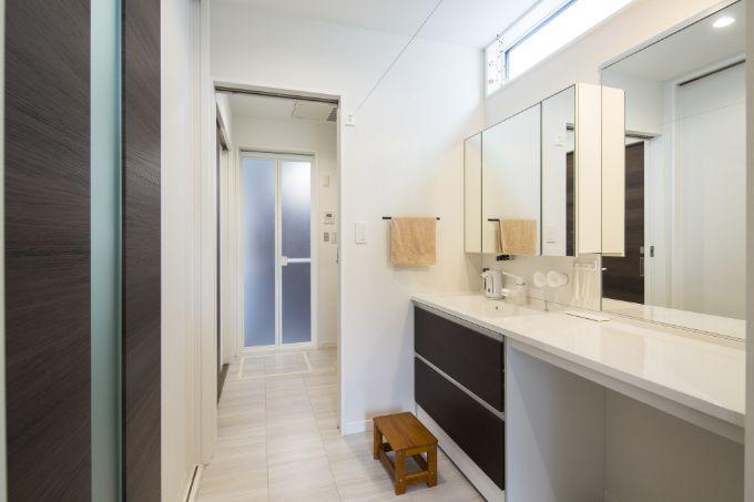 広いスペースを確保した洗面カウンター/注文住宅実例