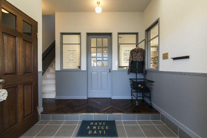 玄関の正面に室内窓を設けて開放的にした注文住宅実例