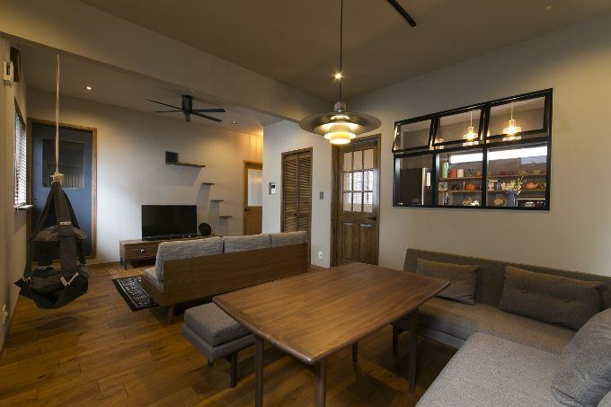 キッチンとリビングをつなぐ室内窓を設けた注文住宅実例