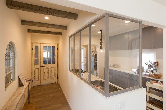 キッチンをぐるりと囲む形で室内窓を設置した注文住宅実例