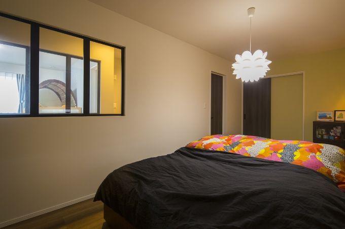 寝室に室内窓を設けた注文住宅実例