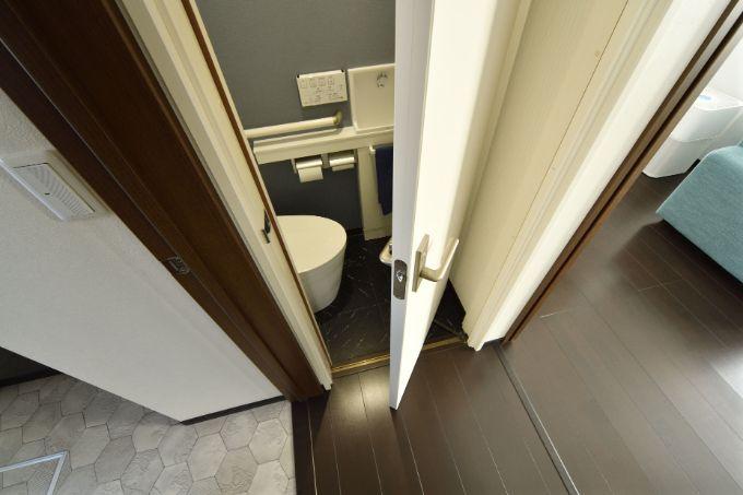 スライディングドアを取り付けたトイレ/注文住宅実例