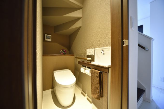 階段下のスペースを利用したトイレ/注文住宅実例