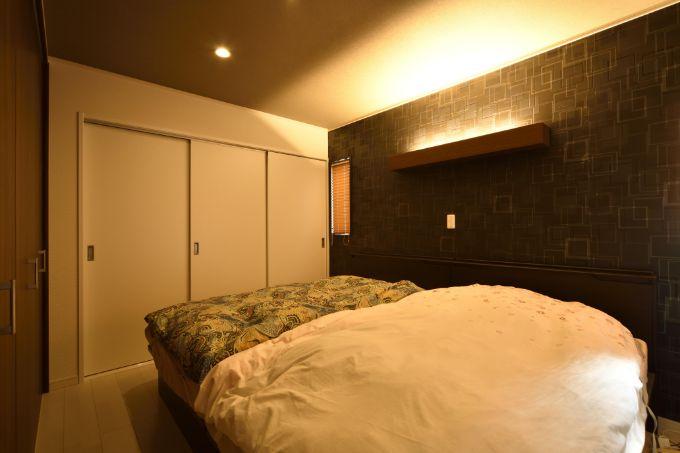 間接照明で落ち着いた雰囲気の寝室/注文住宅実例