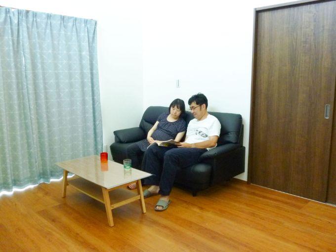 リビングでくつろぐ夫婦/注文住宅実例