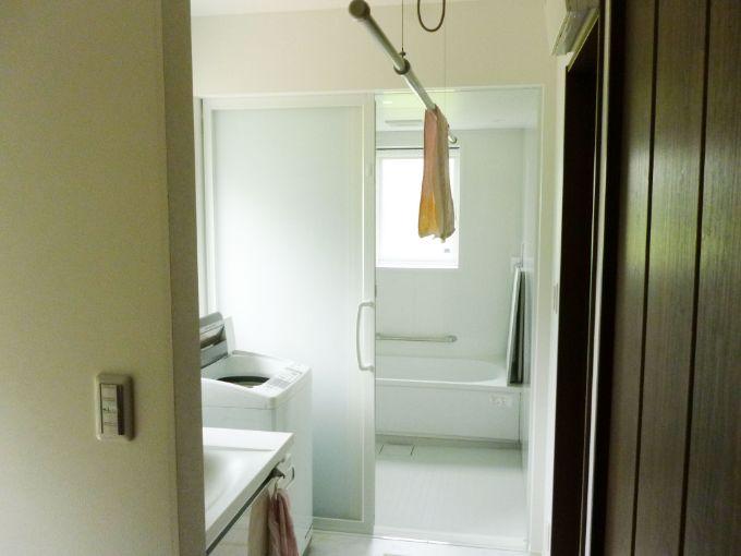 室内星ができる洗面所と広々とした浴室/注文住宅実例