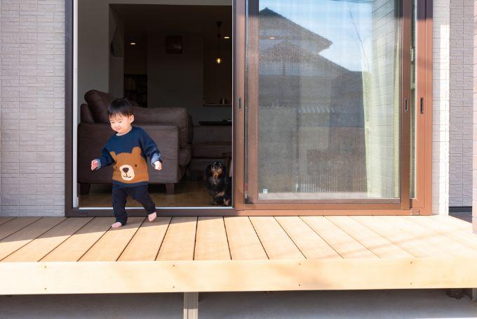 子どもが遊べる広さのあるウッドデッキ/注文住宅実例