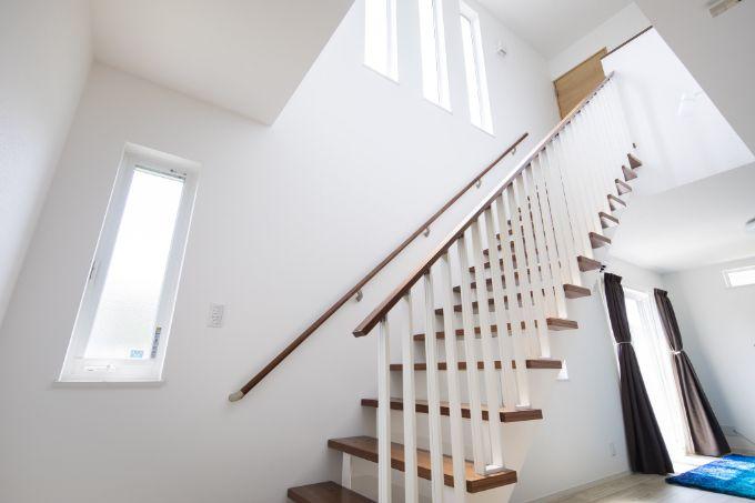 吹抜けが開放的な階段/注文住宅実例