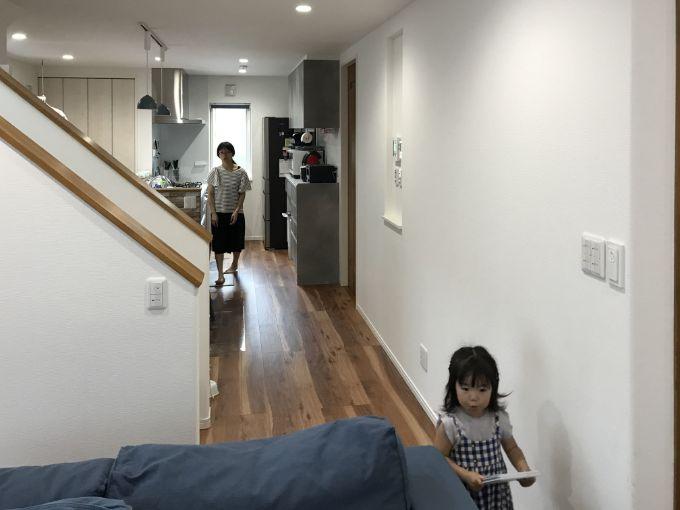 階段の手摺り壁でリビングの空間を仕切っている/注文住宅実例