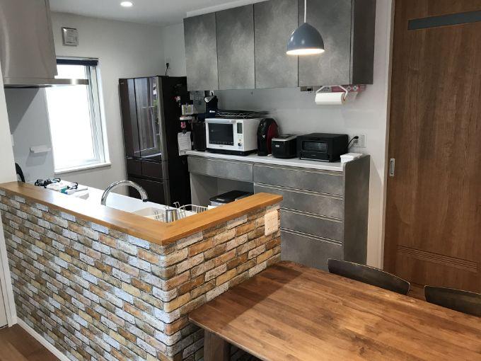 シルバーグレー塗装がシックな対面キッチン/注文住宅実例