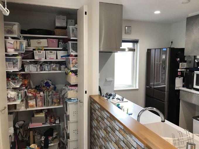 キッチン前に設置したパントリー/注文住宅実例