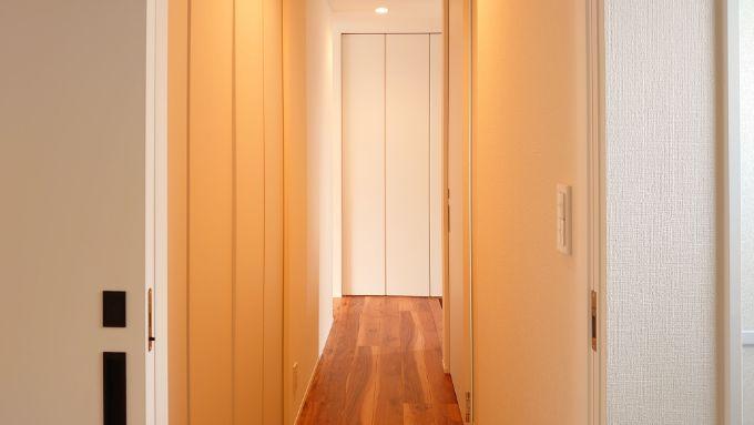 収納を多く設けた廊下/注文住宅実例
