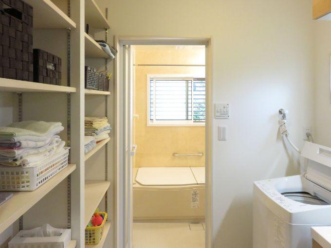 部屋の半分を活用し収納を充実させたバスルーム/注文住宅実例
