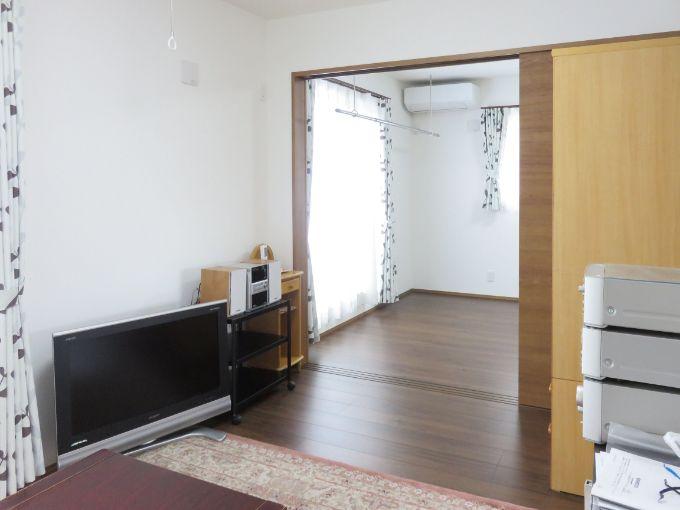 主寝室とつながり広々としたリビング/注文住宅実例
