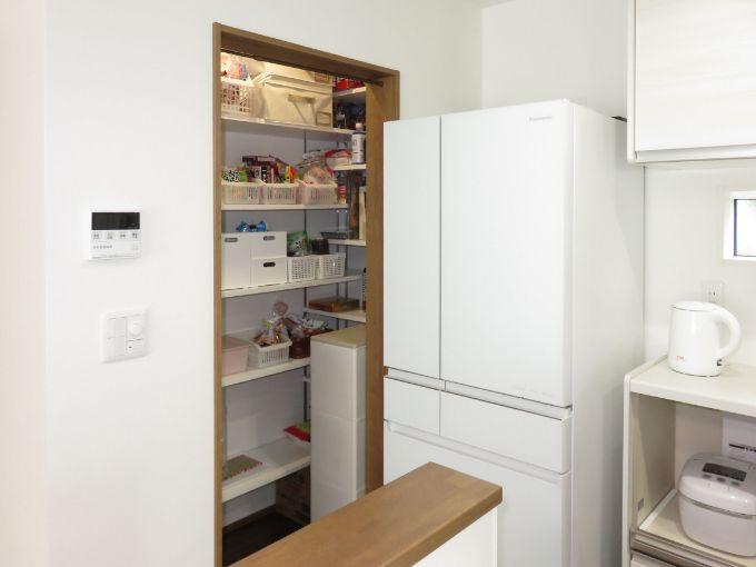 キッチン横に設置したパントリー/注文住宅実例