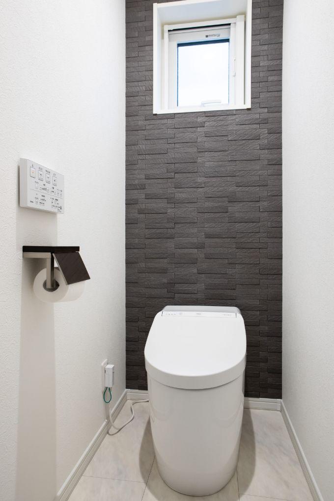 アクセントクロスでシックな印象のトイレ/注文住宅実例