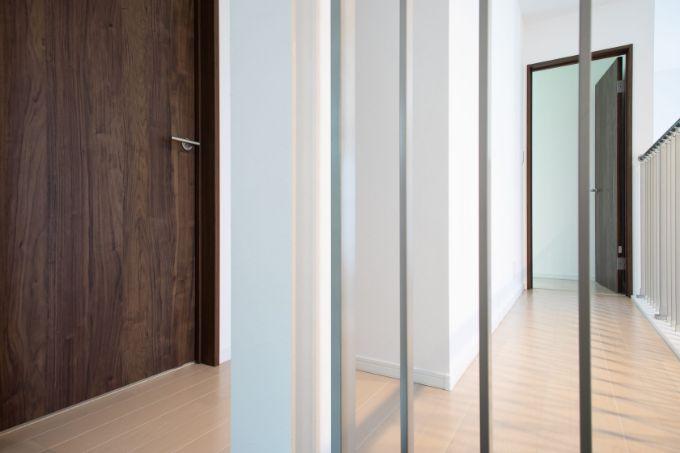 吹抜けを見下ろすことのできる2階の廊下/注文住宅実例
