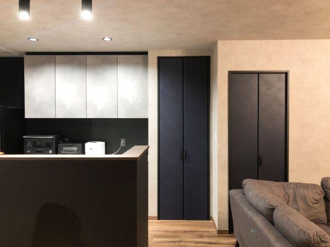 パントリーや階段下収納を設けすっきりとしたリビング/注文住宅実例