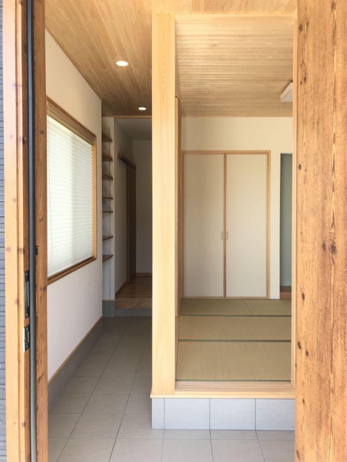 玄関を開けてすぐヒノキの柱を使った和室が広がる/注文住宅実例