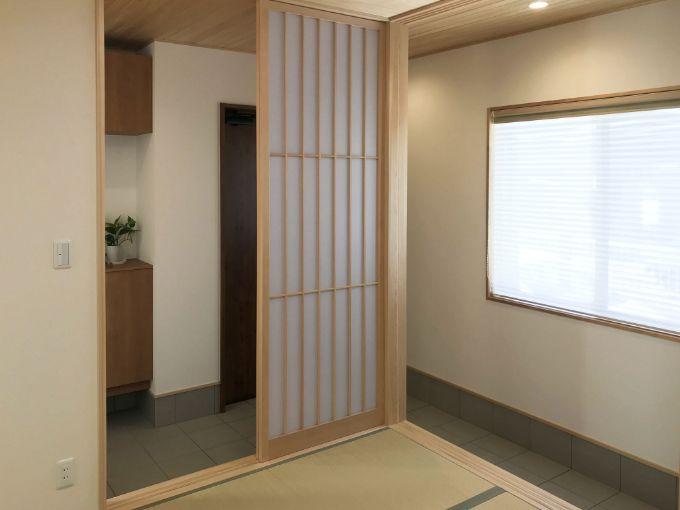 和室の大きな窓から景色を眺められる/注文住宅実例