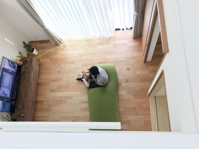 吹抜けを利用して上下階でコミュニケーションをとれるようにした/注文住宅実例