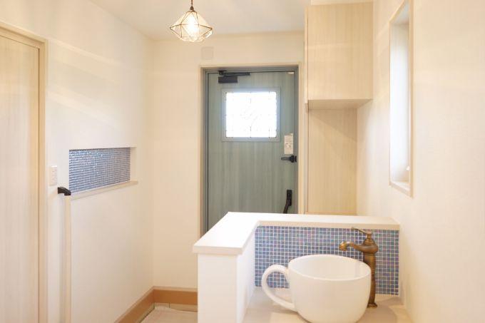 カップ型の手洗いボウルがある洗面室/注文住宅実例