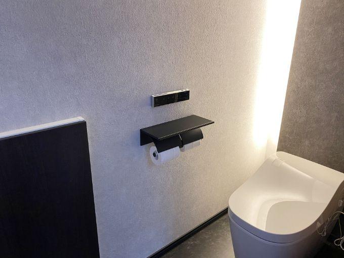 間接照明がモダンな雰囲気のあるトイレ/注文住宅実例