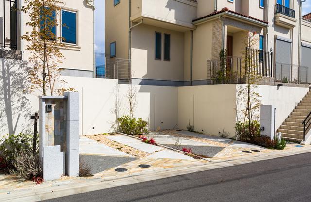 駐車スペース分、道路から擁壁まで距離がある一戸建て