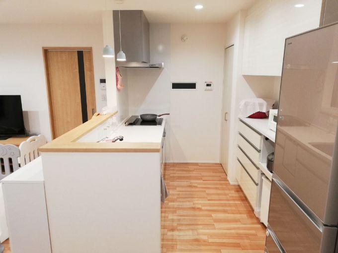 キッチンから玄関の様子がわかる/注文住宅実例
