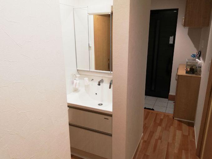 玄関近くに設置した洗面所/注文住宅実例