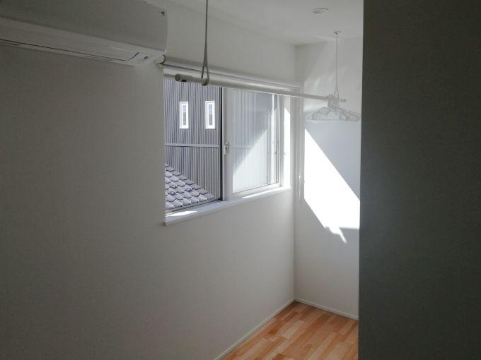エアコンの近くに設けた室内干しスペース/注文住宅実例