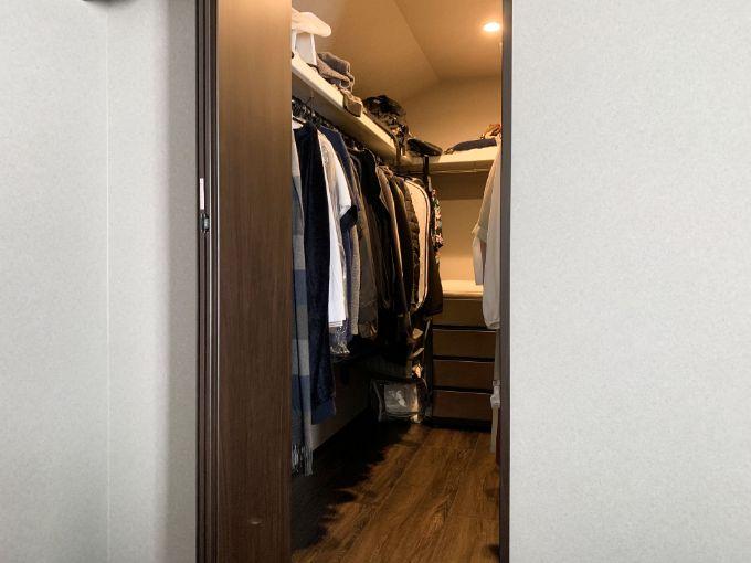 夫婦でスペースを分けて使用しているウォークインクロゼット/注文住宅実例