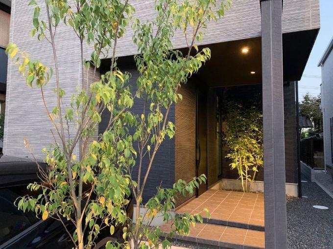 玄関と外構に植わっているシンボルツリー/注文住宅実例