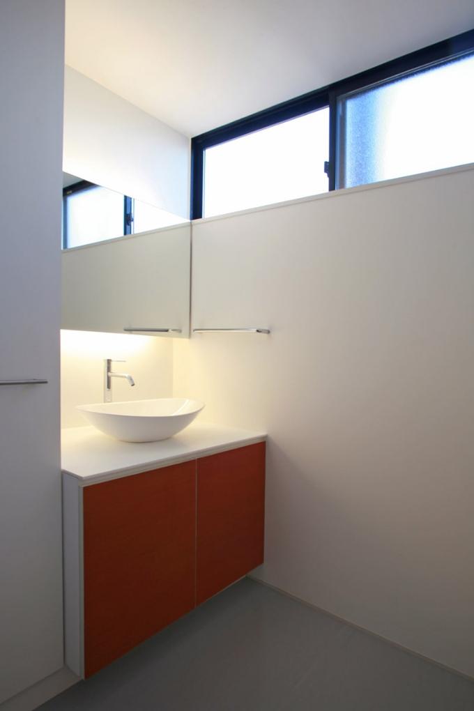 ハイサイドライトのある洗面室