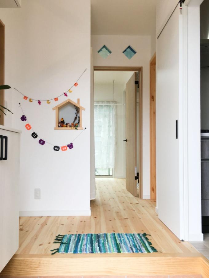 家の形をしたニッチのある玄関/注文住宅実例