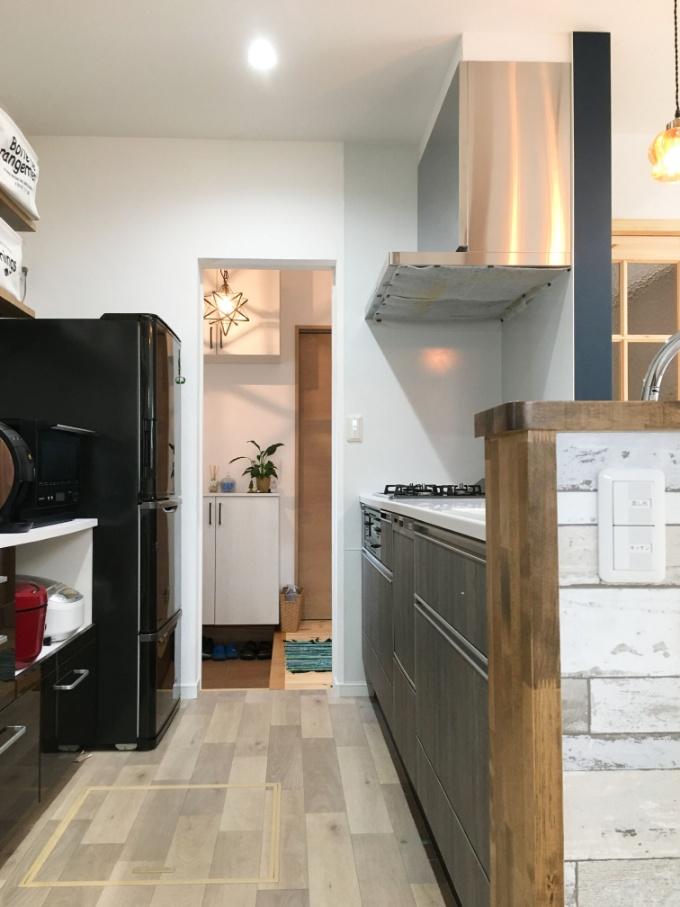 玄関とキッチンの間に設置した引き戸/注文住宅実例