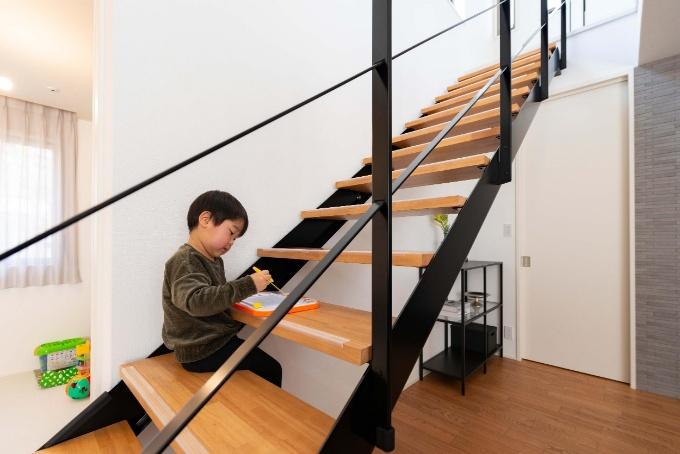 階段をデスクとして活用している実例