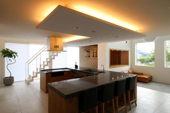 スケルトン階段とキッチンの実例