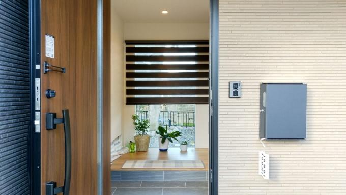 大きな窓の付いた玄関/注文住宅実例