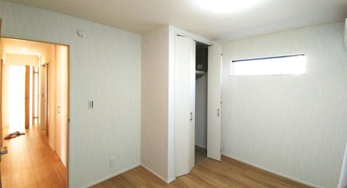 横長のハイサイドライトのある洋室/注文住宅実例