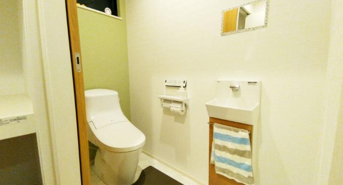 アクセントクロスをあしらったトイレ/注文住宅実例