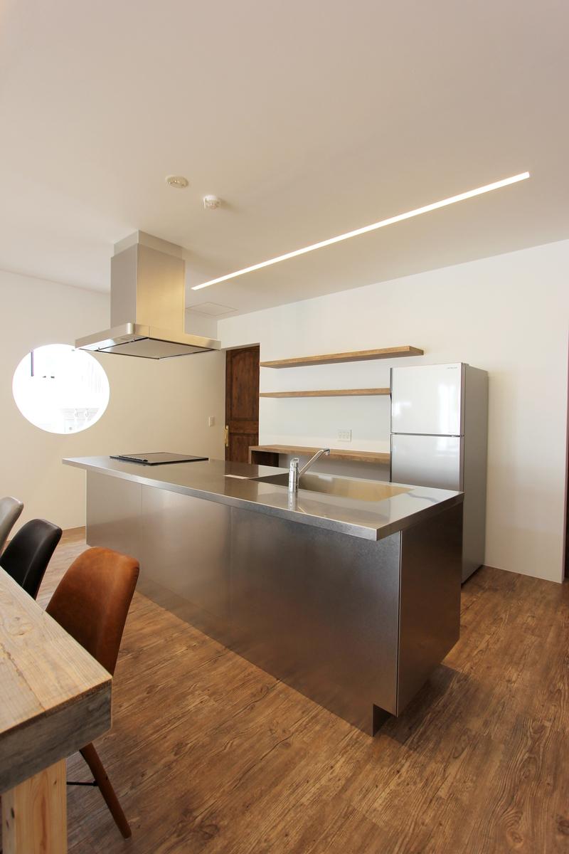 ステンレス素材を取り入れたキッチンの施工例