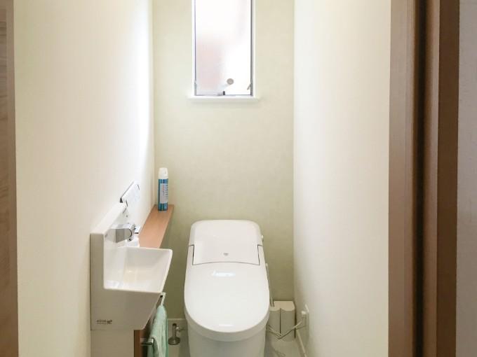 グリーンのアクセントクロスのあるトイレ/注文住宅実例