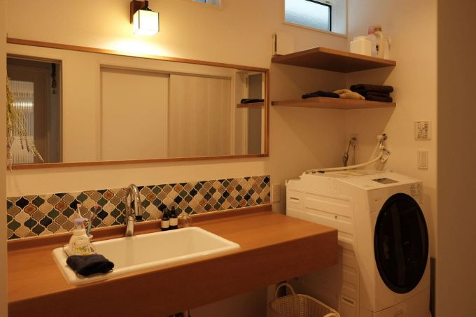 タイルと鏡が印象的な洗面台