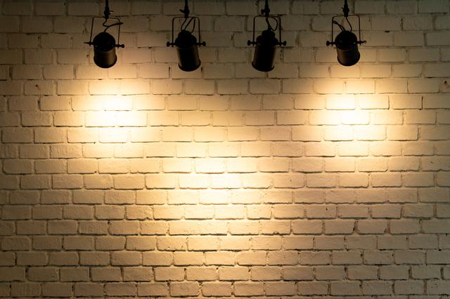 壁にスポットライトをあてている事例