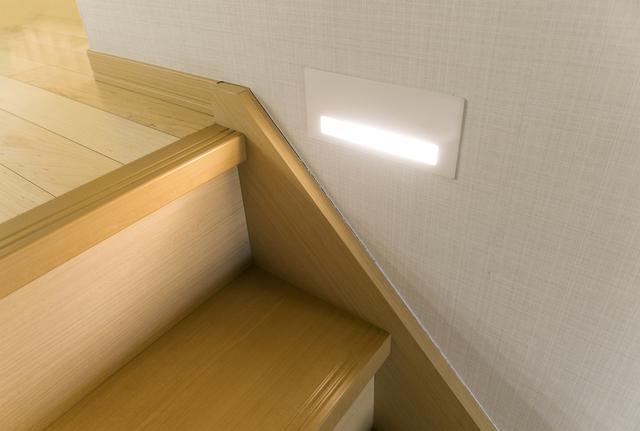 階段にフットライトを設置した事例
