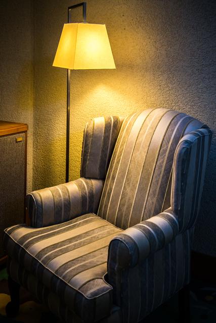 ソファーの側にスタンドライトを設置した事例