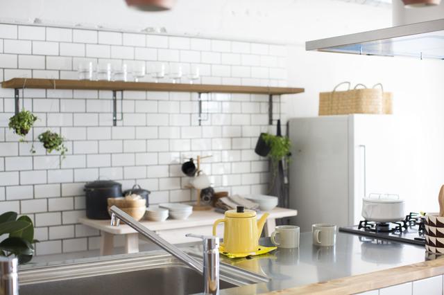 白いサブウェイタイルが使われたキッチン